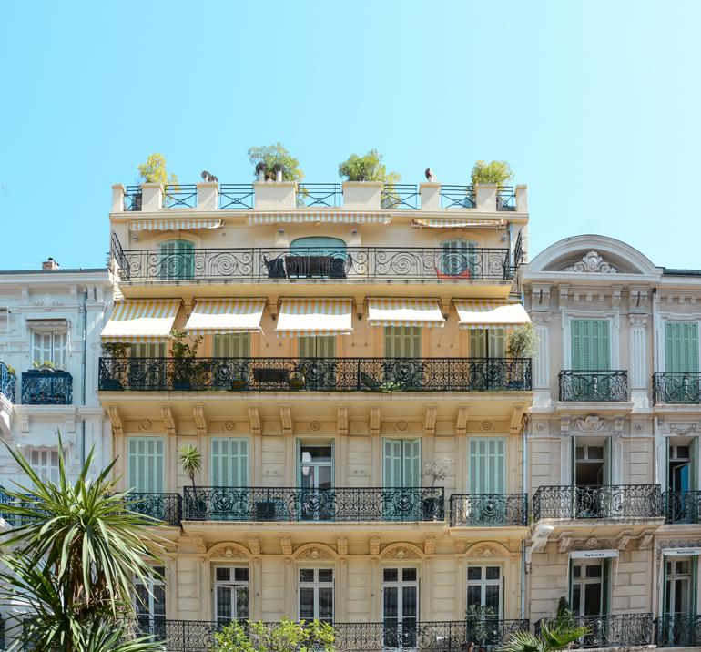 Ein altes Haus mit Balkonen.