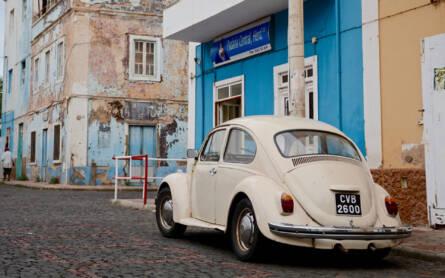 Ein weißer VW Käfer in den Gassen von Mindelo auf den Kapverden