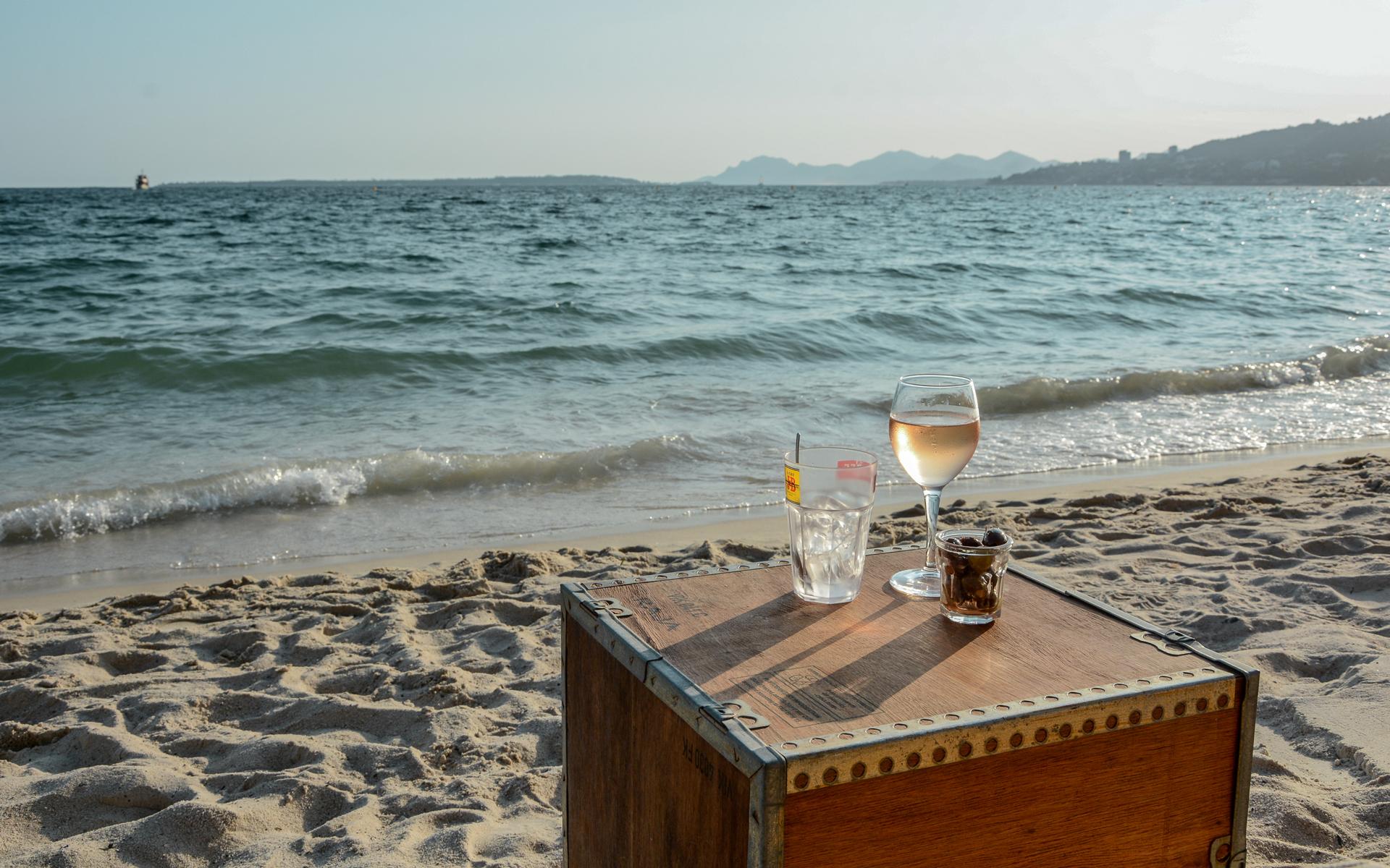 Header Kiste mit Vino am Strand vor Meereskulisse