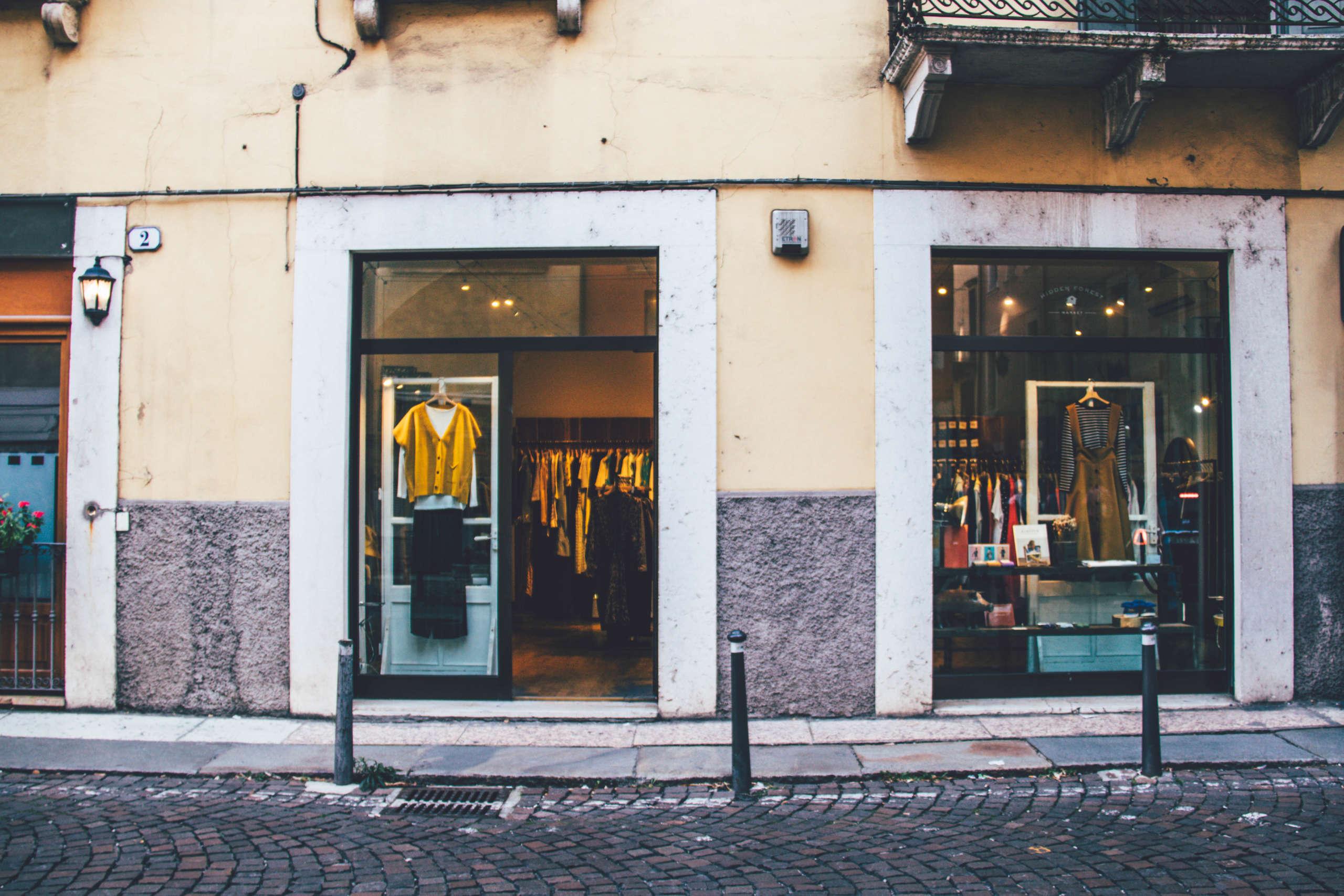 Shopping in Verona: Kleidungsgeschäft in einer Seitenstraße