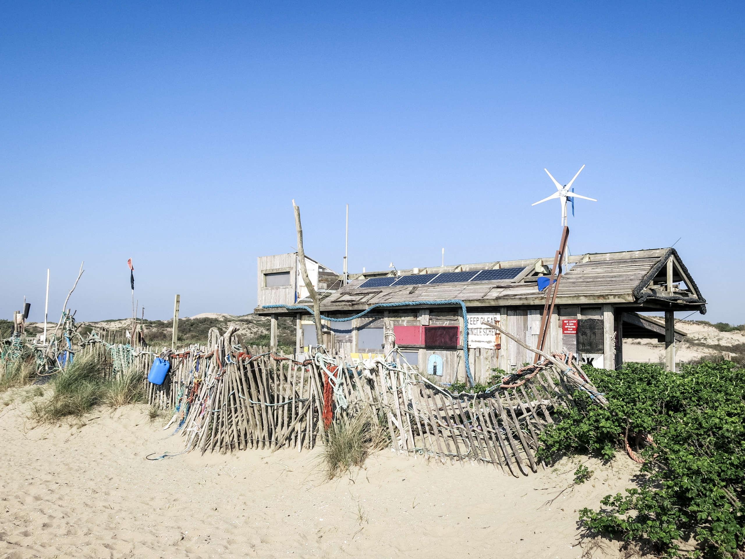Eine Hütte am Strand in den Niederlanden die einem Strandjutter gehört und als Museum für Strandgut genutzt wird