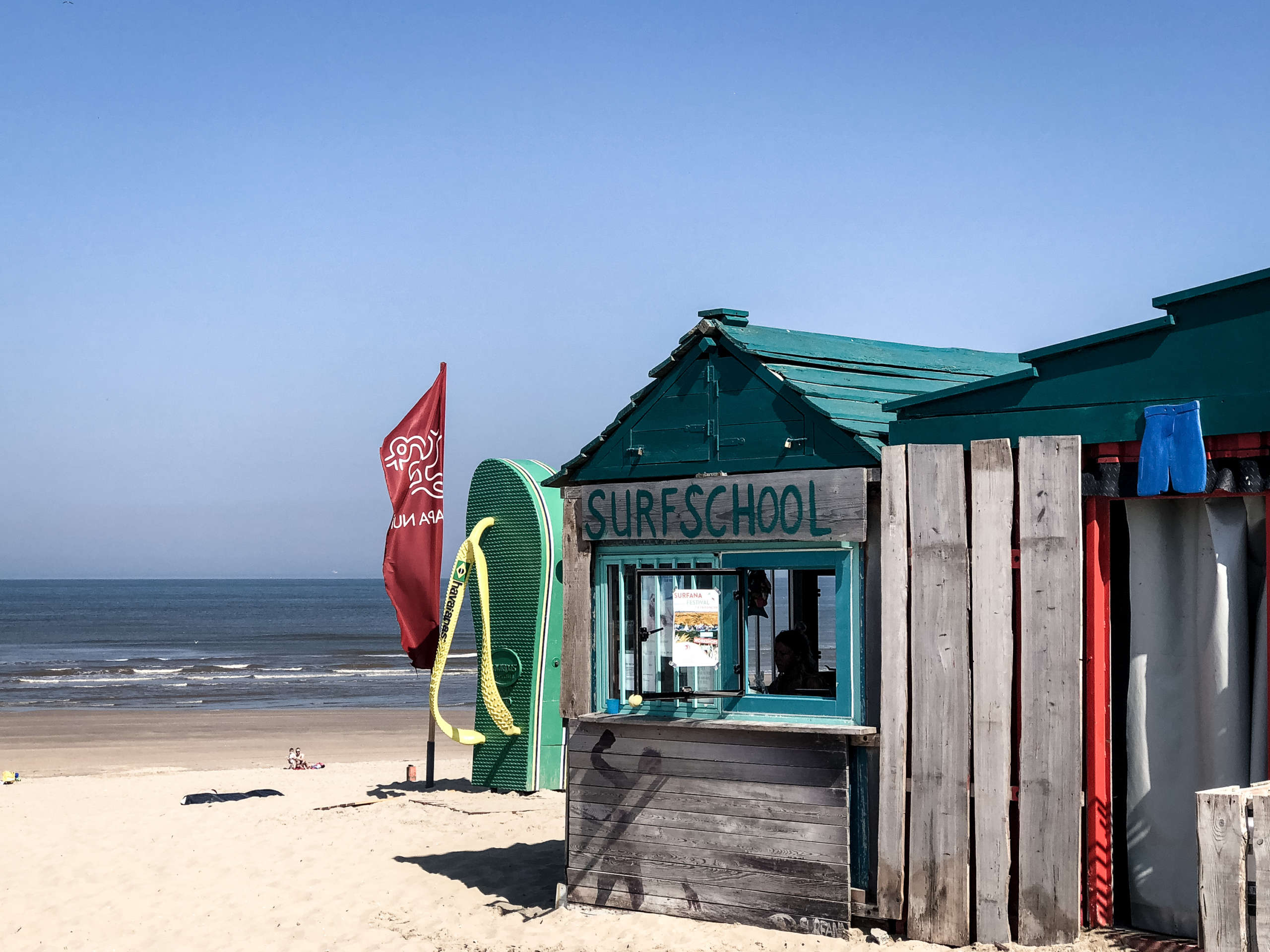 Surfschool Holzhütte am Strand mit Blick aufs Meer in den Niederlanden