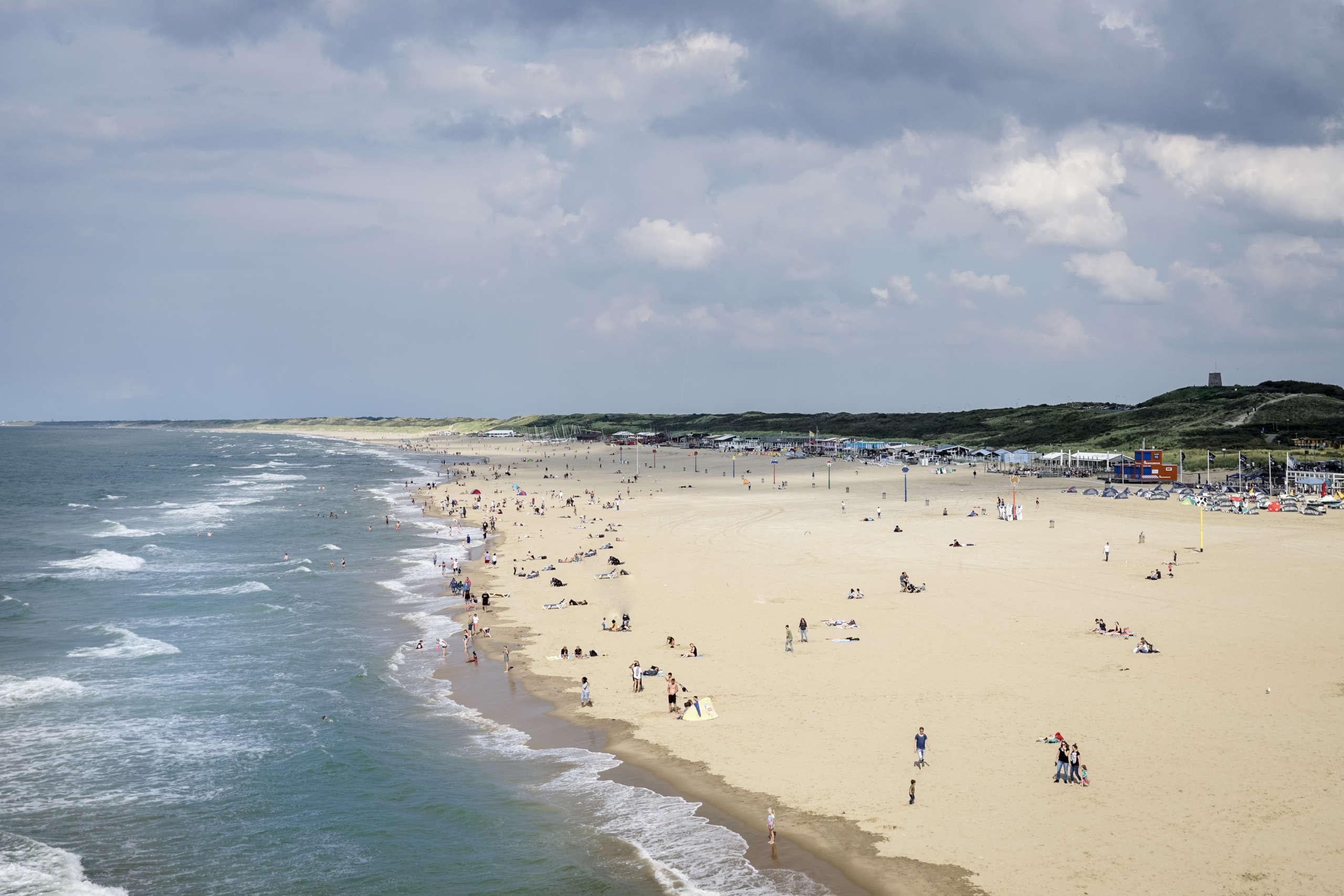 Blick auf einen belebten Strand an der niederländischen Nordseeküste