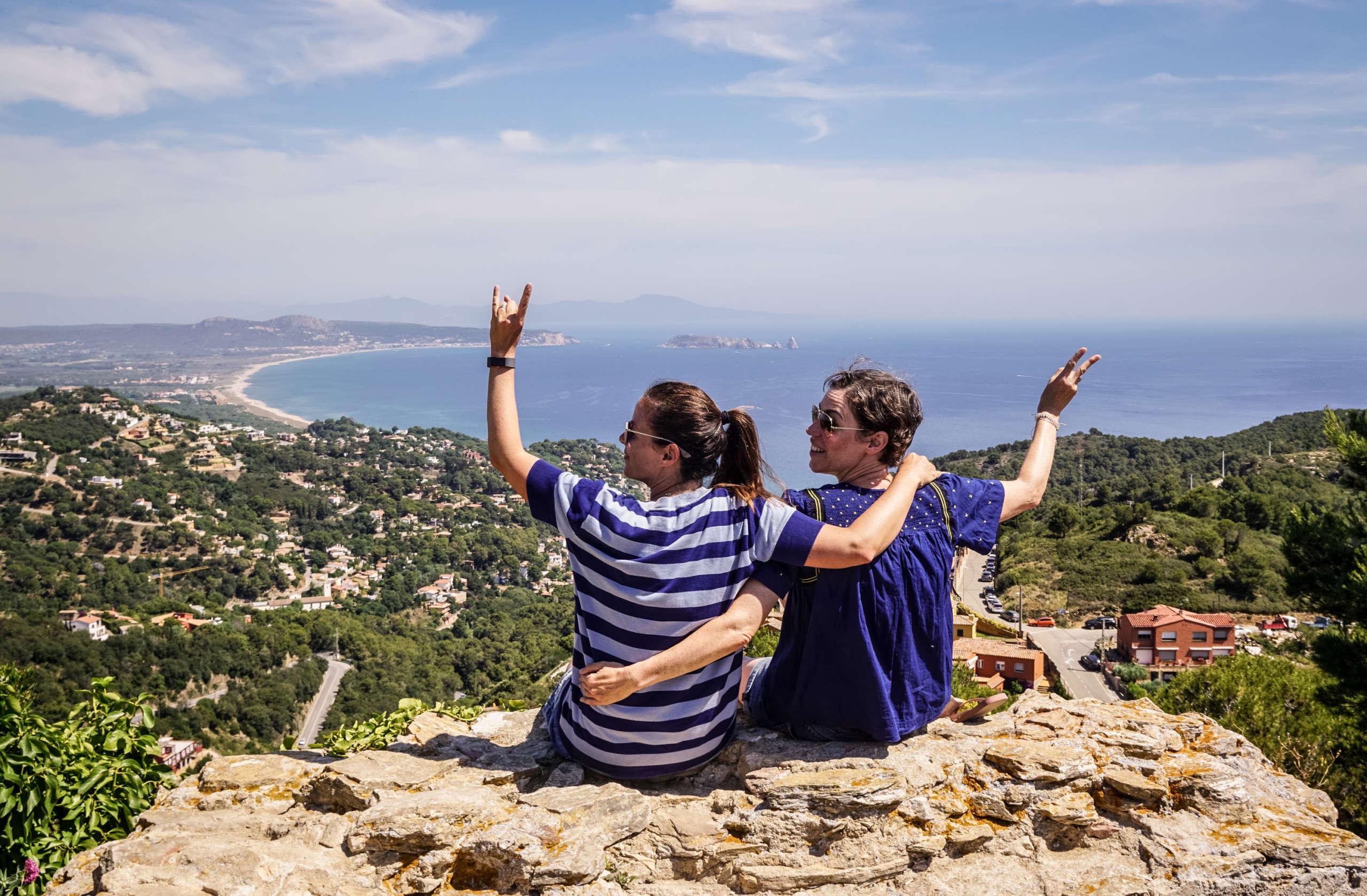 Zwei Frauen auf einem Burgberg in Begur, Costa Brava mit Ausblick auf die Küste.