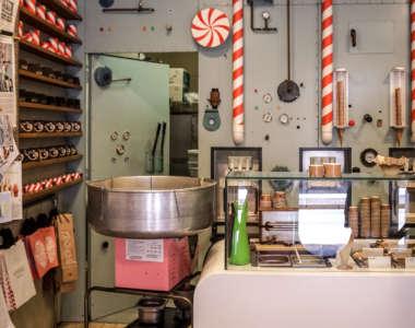 """Nostalgischer Eissalon """"Rocambolesc"""" mit Eismaschine in Girona an der Costa Brava"""