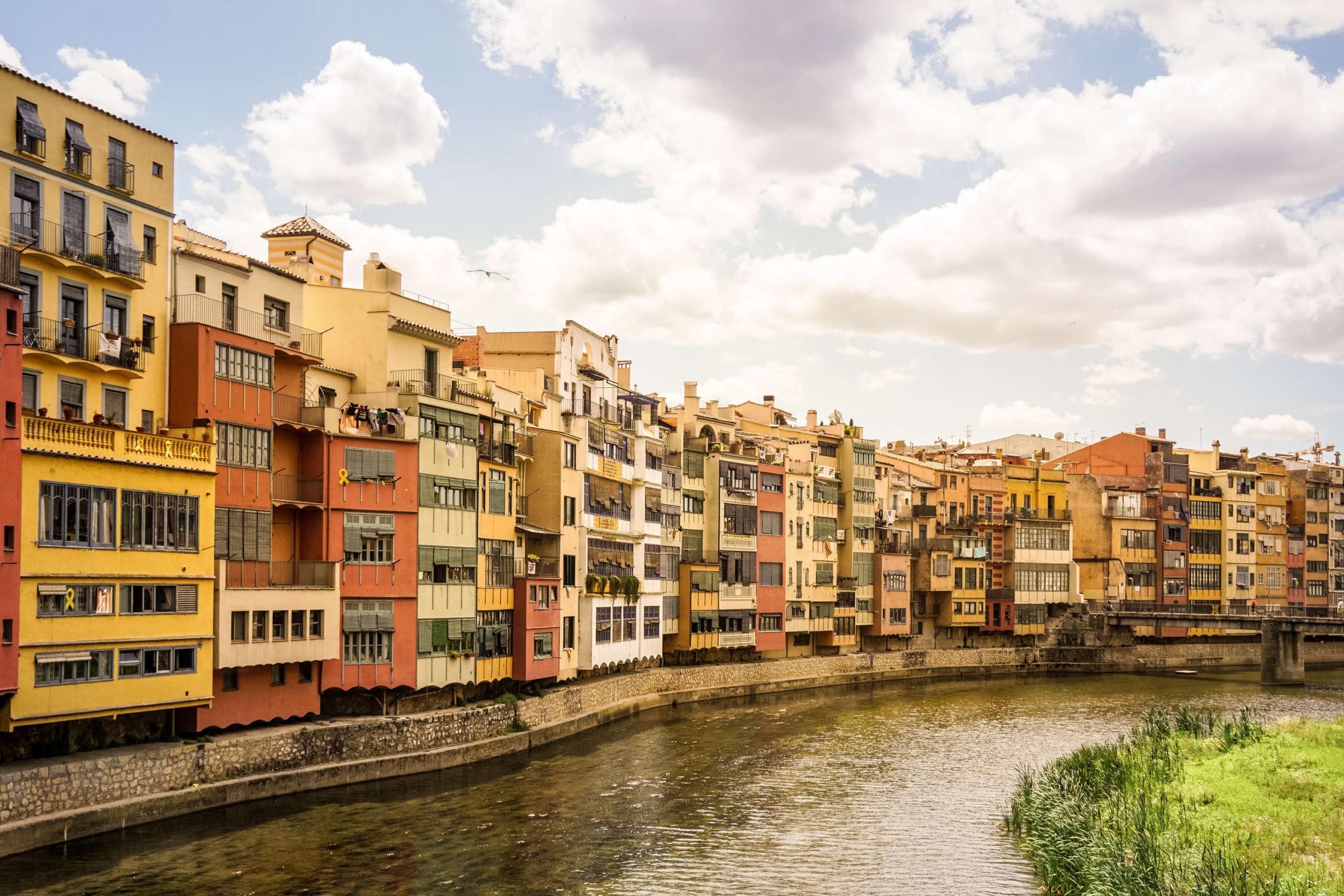 Häuserfassade am Fluss Onyar in Girona