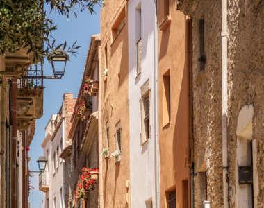 Häuserfassaden in einer Gasse von Begur an der Costa Brava