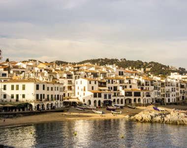 Ausblick auf das ehemalige Fischerdorf Calella de Palafrugell an der Costa Brava vom Meer aus