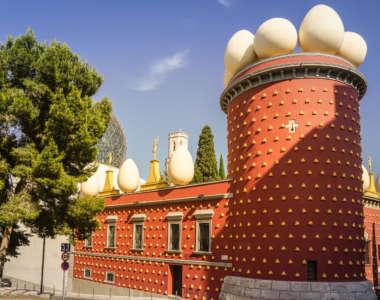 Theater-Museum Dalí in Figueres, Costa Brava von außen: orangene Fassade