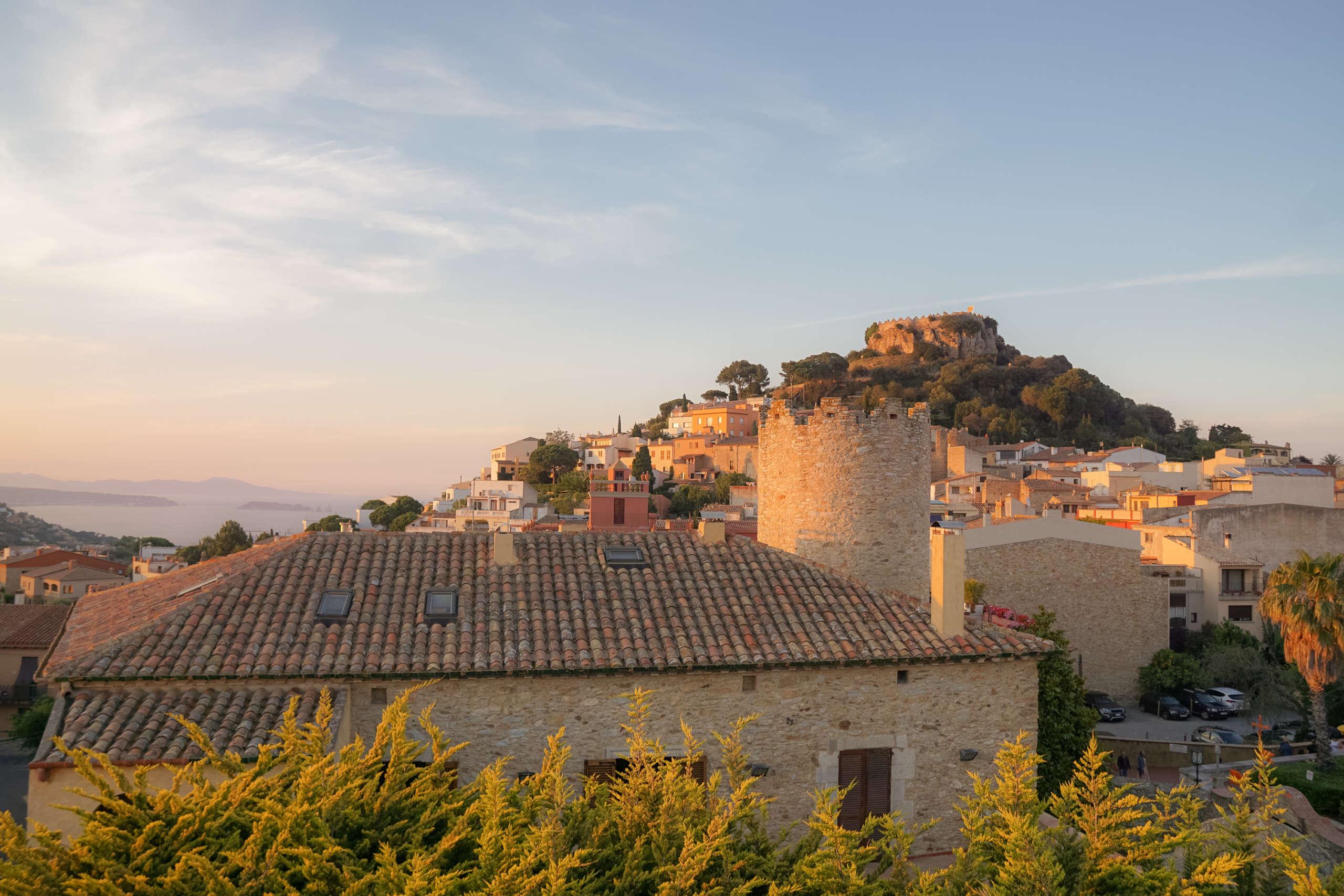 Eine alte Burg in der Stadt Begur an der Costa Brava zur goldenen Stunde