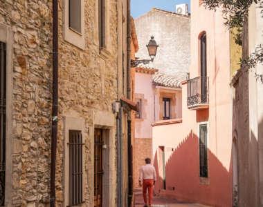 Eine kleine Gasse gesäumt von Häuserfassaden in der Stadt Begur