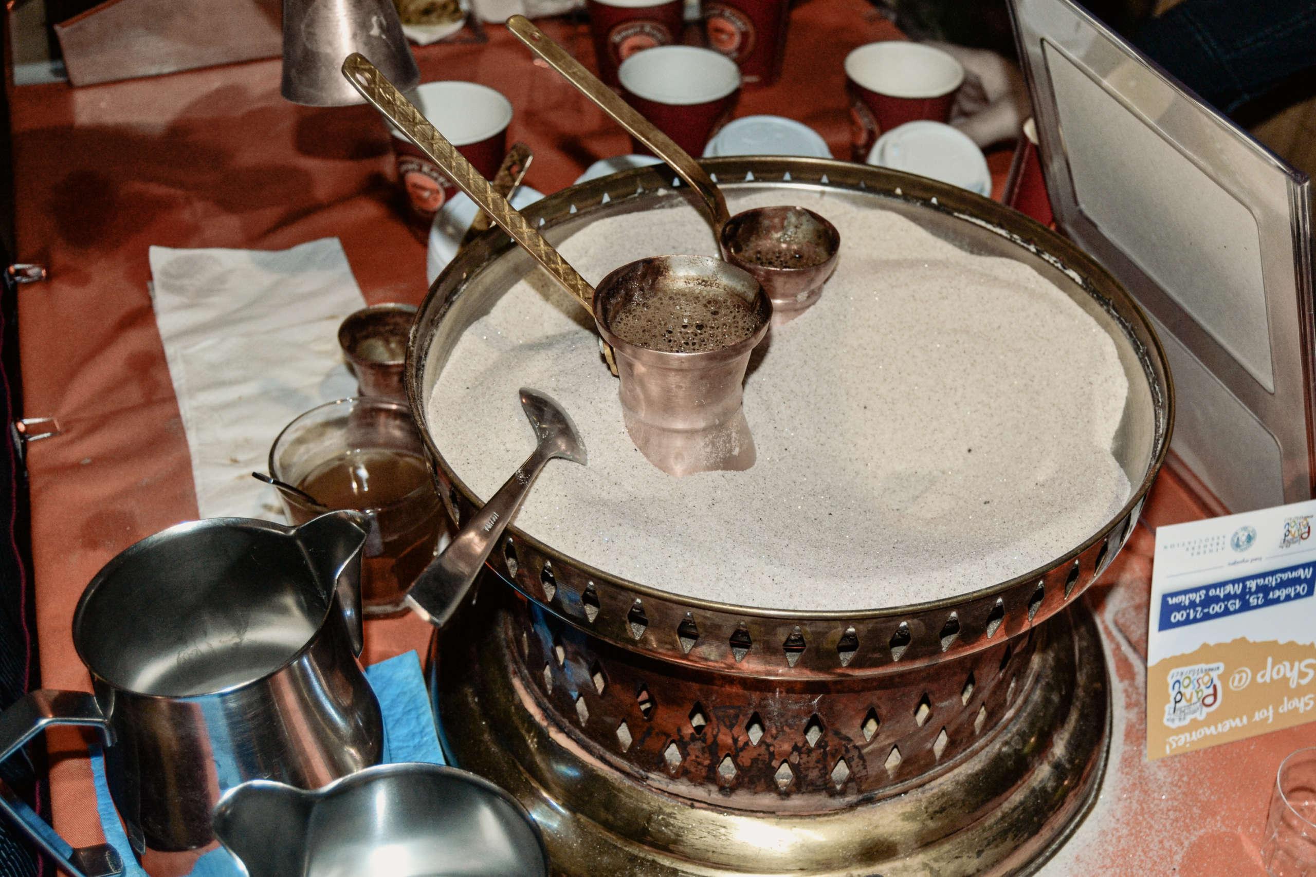 Ein besonderer Geheimtipp für einen Besuch in Athen: Im ältesten Café Orea Hellas wird frisch gebrühter Kaffee in kleinen traditionellen Kännchen serviert.
