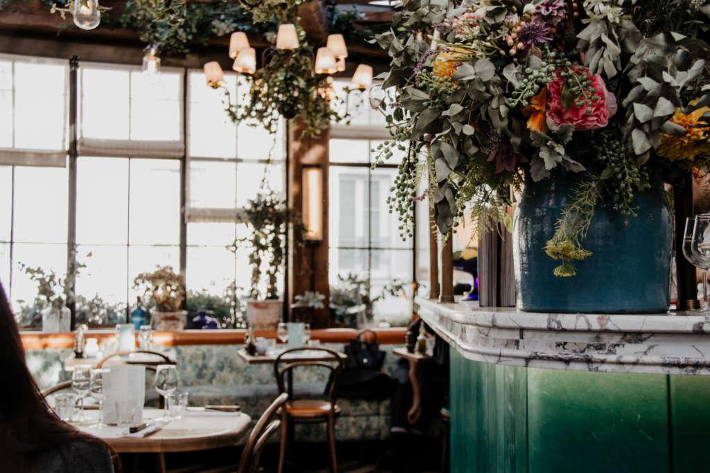 Das Café Pink Mamma im 9. Pariser Arrondissement ist stylish mit Blumen, Pflanzen und Lampen dekoriert.