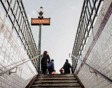 Auf einer Städtereise nach Paris empfiehlt es sich, für weitere Strecken in die Metro zu hüpfen.