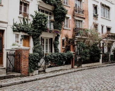 Die blumengeschmückten Häuserfassaden mit ihren kleinen Balkonen in der Pariser Straße Villa Leandre sind ein Highlight für jeden Besucher.