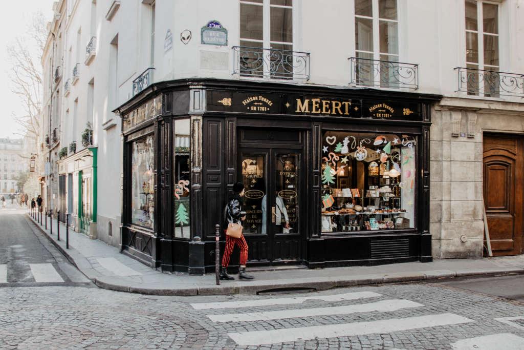Das Geschäft Méert im Jüdischen Viertel in Paris ist weihnachtlich dekoriert.