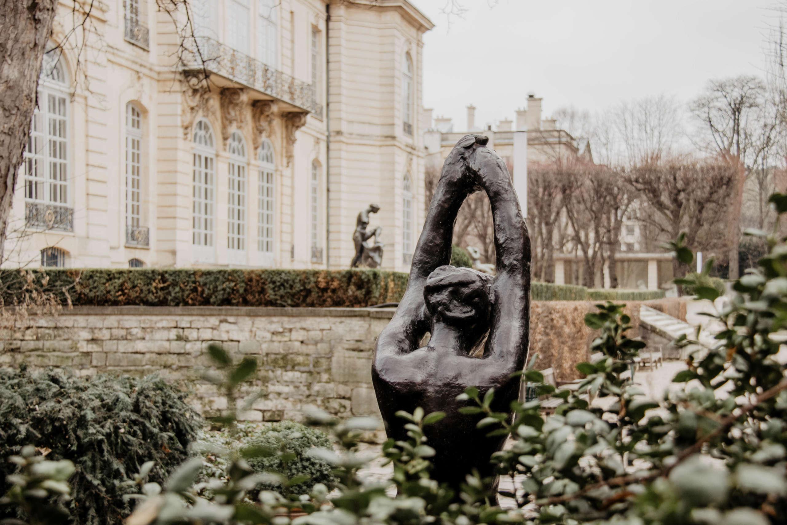 Vor dem Musee Rodin in Paris befinden sich Skulpturen des Bildhauers Auguste Rodin - empfehlenswert für Kunstliebhaber.
