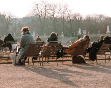 Im Jardin du Luxembourg in Paris genießen Einheimische wie Reisende die Sonnenstrahlen auf den Stühlen für Besucher.