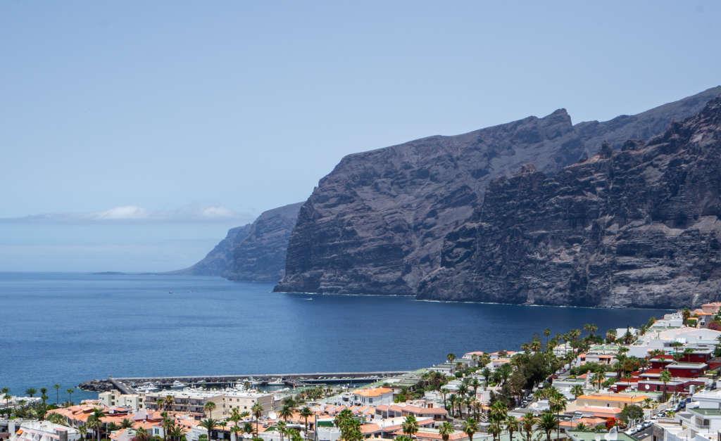 Besonders beeindruckend für Reisende ist die Steilküste Los Gigantes im Westen der Kanareninsel Teneriffa.