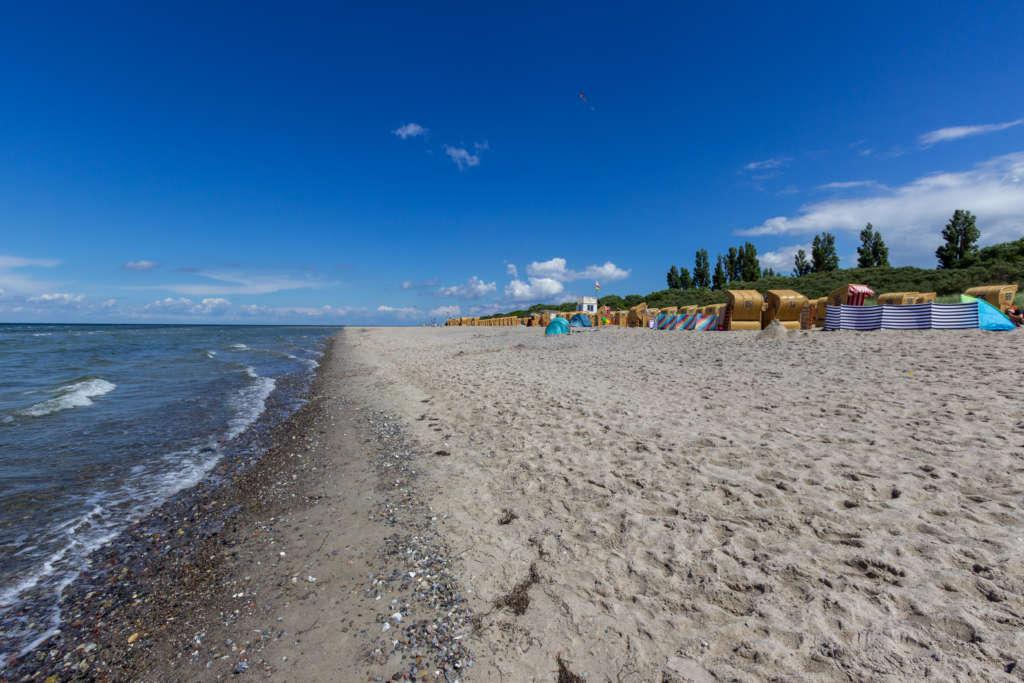 Am Strand auf der Ostseeinsel Poel genießt man in Liegenstühlen den Blick aufs Meer.