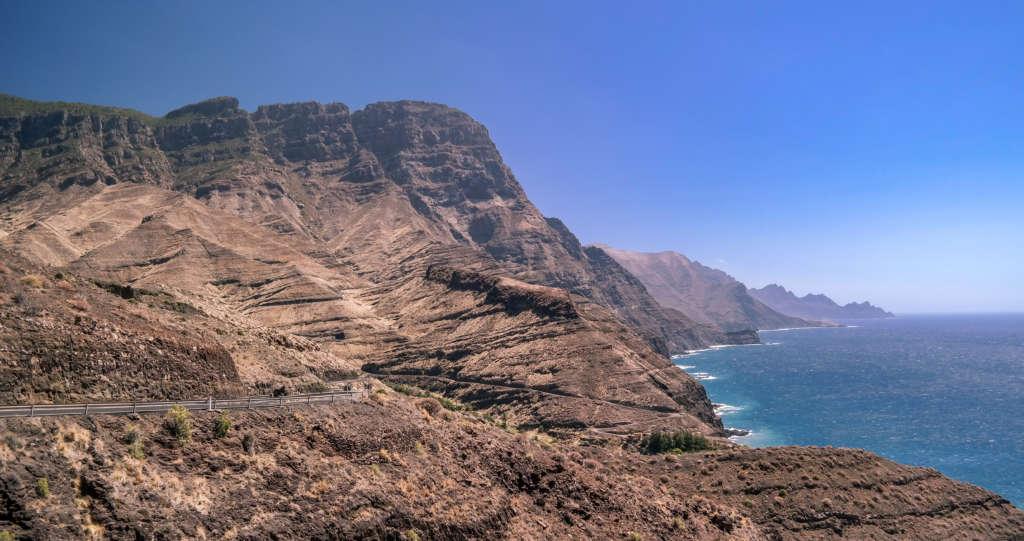 Die Steilklippen an der Westküste Gran Canarias ragen in den Himmel - sie können im Rahmen eines Tagesausflugs von Teneriffa aus besucht werden.