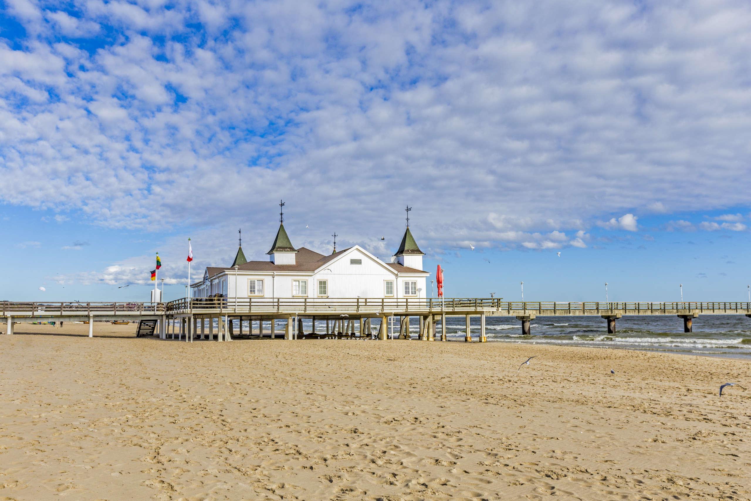 Sandstrand, im Hintergrund ein Pier in Ahlbeck auf Usedom