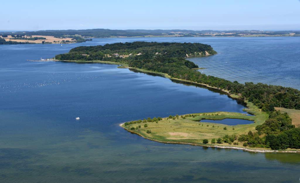 Vogelperspektive auf die naturgeschützte Ostseeinsel Vilm
