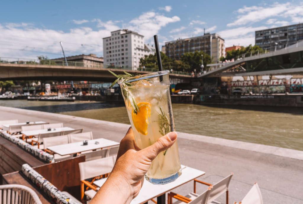 Mit einem Glas frischer Limonade in der Hand erholt sich Bloggerin Melanie in einem Café am Donaukanal von ihrer Tour durch Wien.