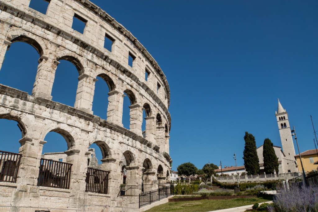 Die Außenmauern des berühmten Amphitheaters in Pula auf der kroatischen Halbinsel Istrien.