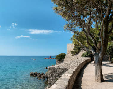 Blick von der massiven Festung Frankopan aufs Meer in der Hafenstadt Krk in Kroatien.