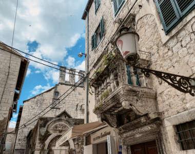 Alte beeindruckene Gebäude in der Altstadt von Split, Kroatien.
