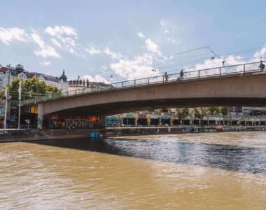 Graffitis unter einer Brücke am Donaukanal in Wien