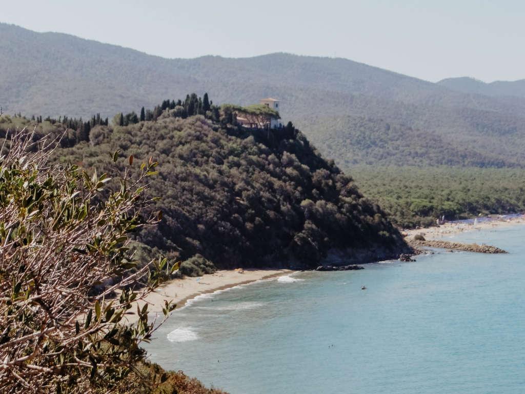 Die Cala Violina Bucht in der Toskana liegt idyllisch und etwas versteckt: Der Sandstrand und das blaue Meer, umgeben von wild bewachsenen Hügeln, sind bei Reisenden sehr beliebt.