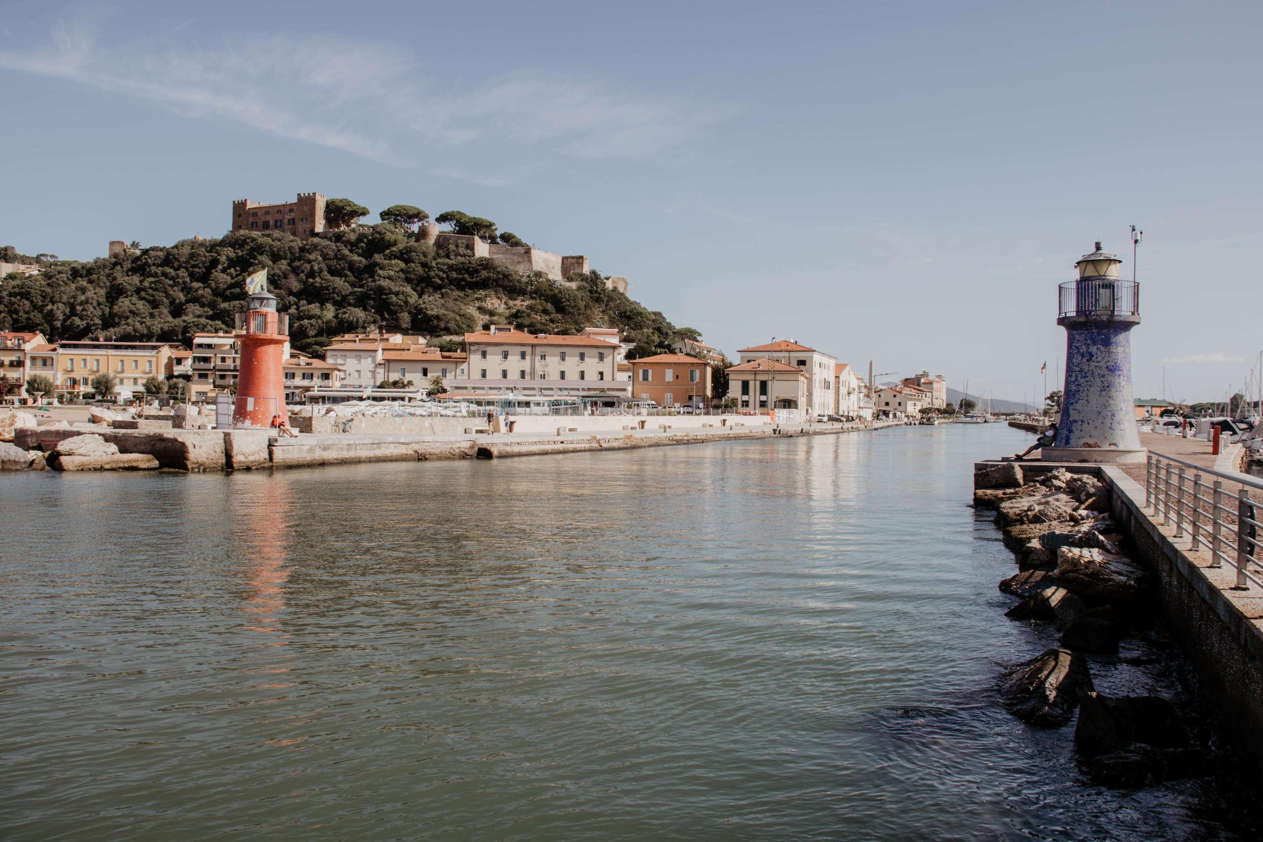 Über dem toskanischen Küstenort Castiglione della Pescaia thront eine mittelalterliche Burg, die vom Hafen mit seinen beiden Leuchttürmen aus gut zu sehen ist.