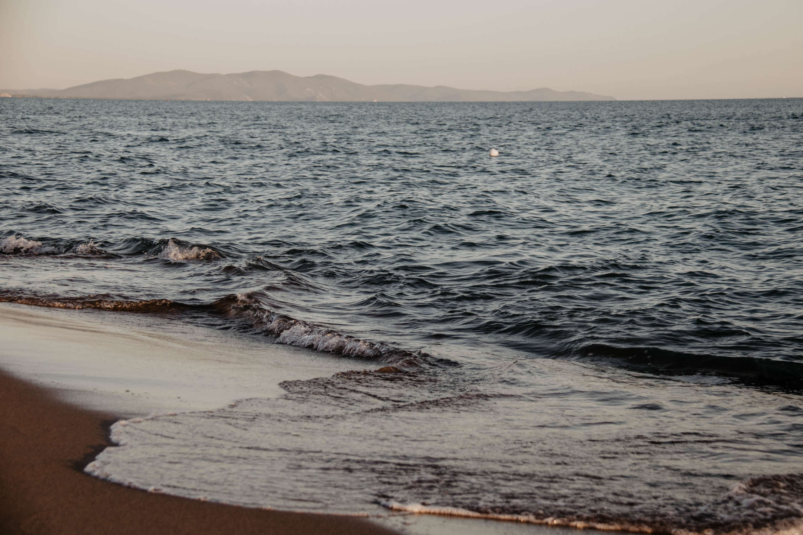 Sanfte Wellen werden an den Strand gespült - die traumhafte Mittelmeerküste der Toskana gilt bei vielen noch als Geheimtipp.