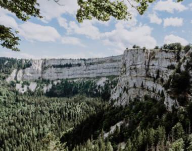 Ausblick über eine riesige Wälderlandschaft auf dem Creux du Van, Schweiz