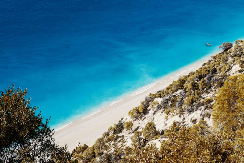 Sandstrand, Wälder und türkisblaues Meer aus der Vogelperspektive auf Lefkada, Griechenland