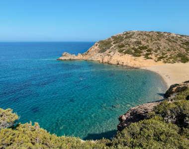 Blick von einer Landzunge aus hinunter auf türkisblaues Meer und den idyllischen Psili Ammos Beach auf Kreta.