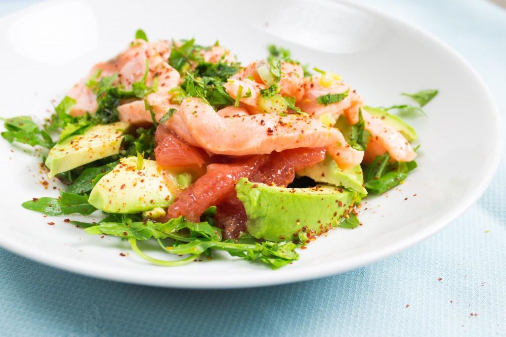 Avocado, Spinat und Lachs angerichtet bilden die Zutaten für das peruanische Gericht Lachs Ceviche, eine weltweite Spezialität über Peru hinaus.