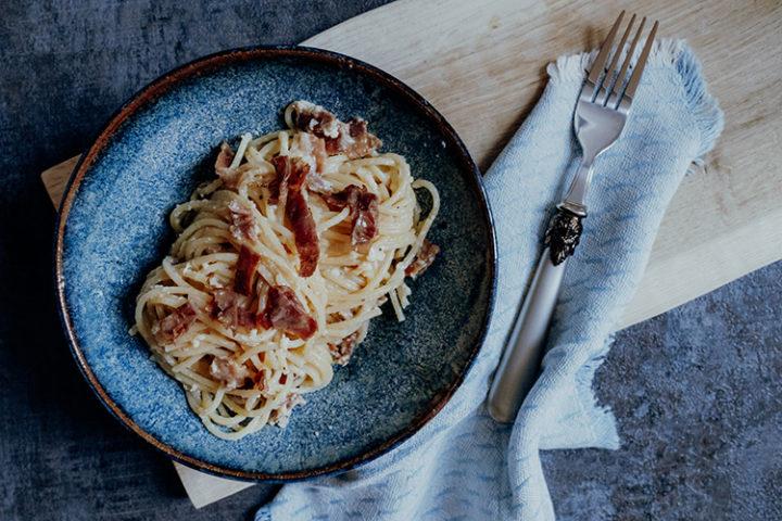 Spagehtti Carbonara ist ein typisches italienisches Nudelgericht mit Ei und Speck, das auf der ganzen Welt gerne nachgekocht wird.