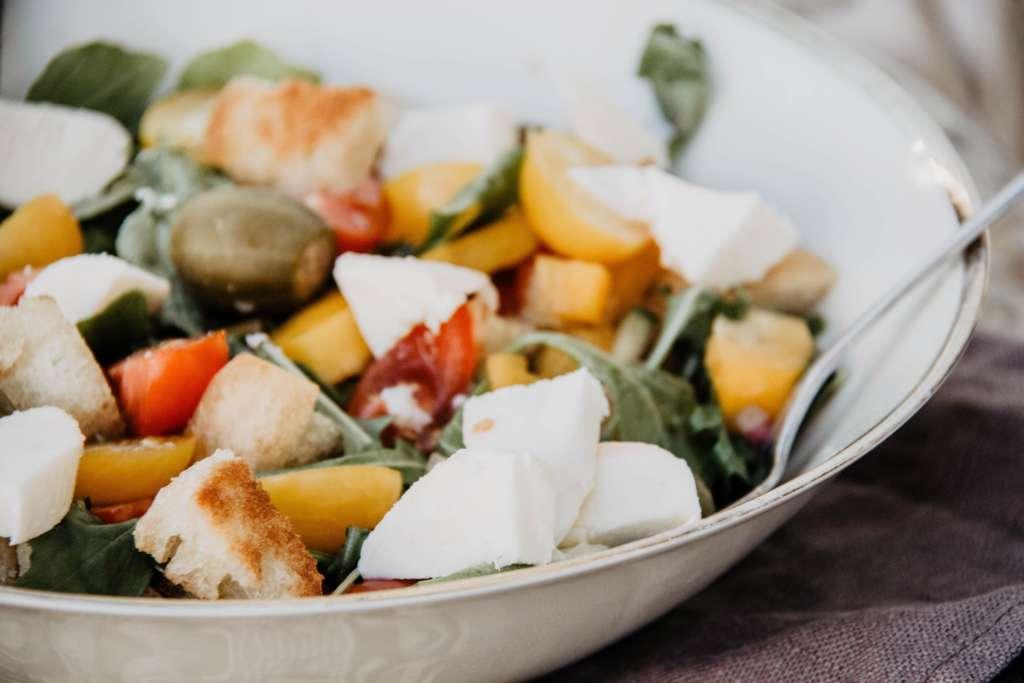 Toskanischer Brotsalat, bestehend aus Croutons, Feta, Oliven und Gemüse, ist ein schnelles und einfaches Rezept aus Italien.