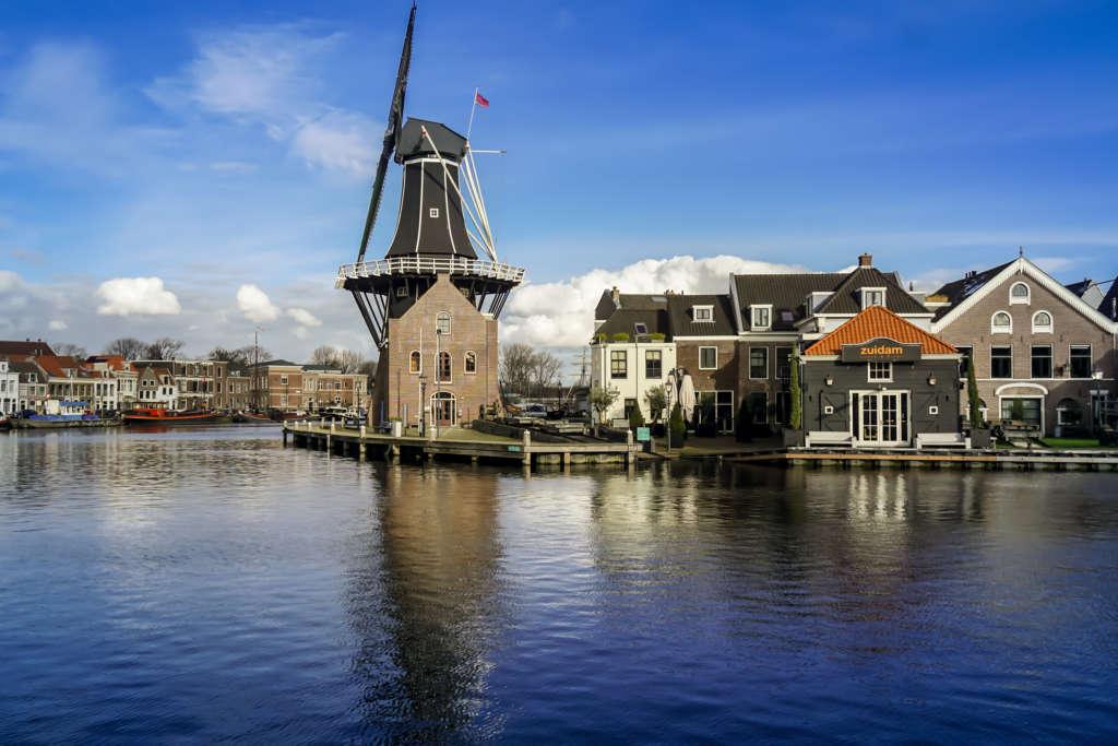 Eine Windmühle schmückt das Ufer in der holländischen Stadt Haarlem, der unterschätzten Nachbarin von Amsterdam.