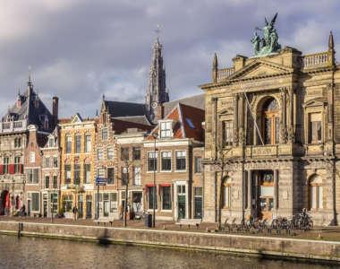 Gebäude reihen sich am Fluss in Haarlem, Niederlande, aneinenader.