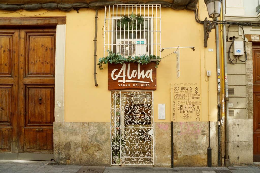 Das vegane Café Aloha Vegan Delights in Valencia liegt als versteckter Geheimtipp hinter einer verschnörkelten Tür.