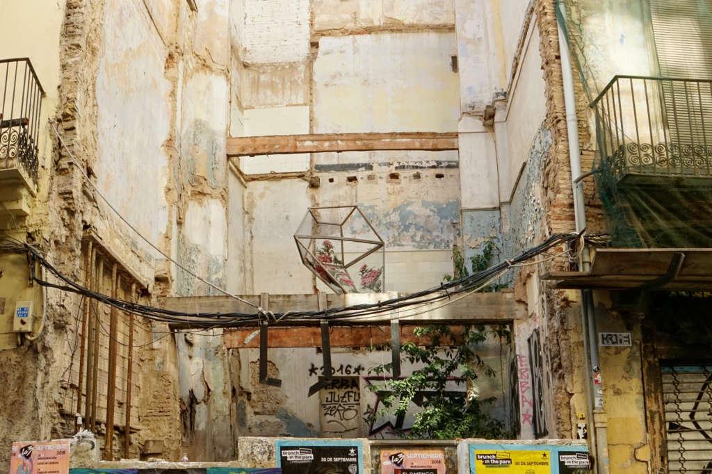 Ein Geheimtipp in Valencia: Zwischen zerfallenen Mauern ragt eine Skulptur hervor.