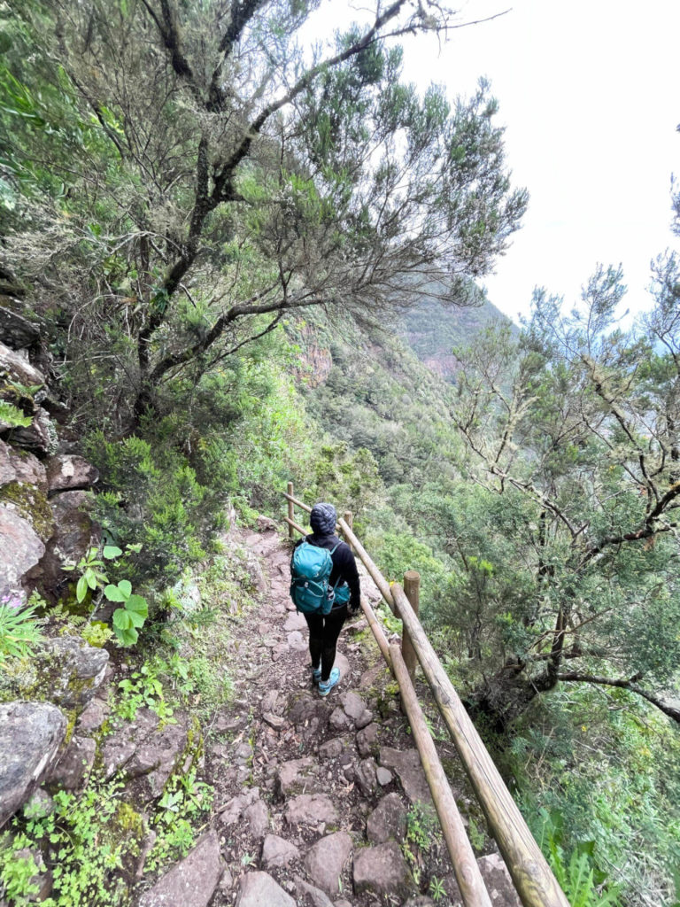 Reisebloggerin Biggi von den Phototravellers auf dem Wanderweg zum Wasserfall El Chorro.