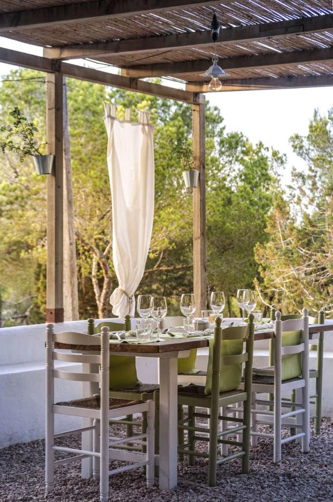 Inmitten von Pinien genießt man das Essen im Restaurant-Geheimtipp Caterina Formentera auf der kleinen Baleareninsel.