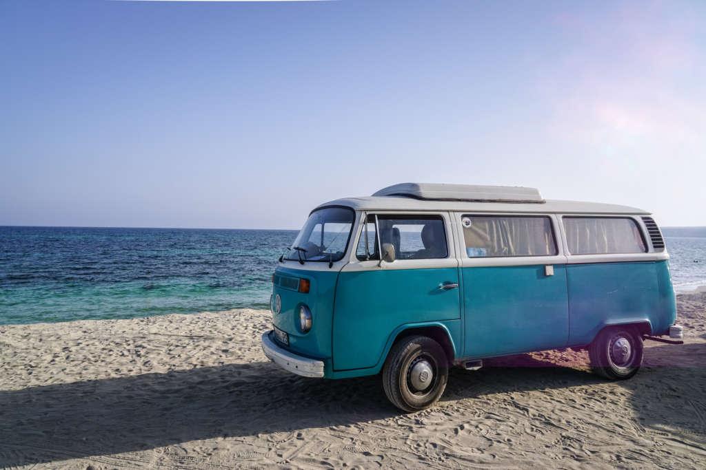Am Playa de Migjorn auf Formentera steht ein alter blauer VW Bulli - die Hippiekultur der Insel sollte man gesehen haben.