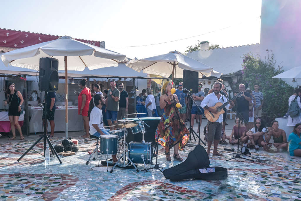 Die sehenswerte Hippiekultur auf Formentera ist vor allem in Pilar de la Mola deutlich zu spüren: Auf dem Markt herrscht buntes Treiben.