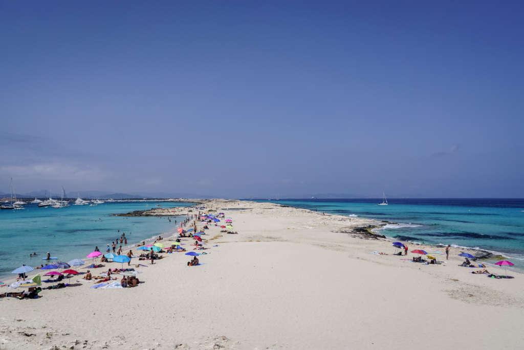 Die Playa de ses Illetes auf Formentera ist eine der wichtigsten Sehenswürdigkeiten, denn der weiße Sandstrand liegt inmitten von türkisblauem Meer und wurde bereits zum schönsten Europas gekürt.